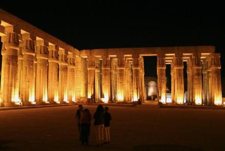 Tempel bei Nacht in Luxor