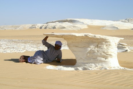 Eine Schattenpause in der Weißen Wüste